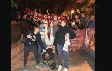 Chuligani Dynama Kijów ukradli flagi kibicom Liverpoolu. Porwali też jednego z nich! Na zdjęciu trzymają go do góry nogami