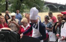 Patryk Jaki zorganizował grilla dla Warszawiaków. Kiełbaski rozdawał osobiście w czapce kucharskiej [WIDEO]
