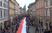 Tak wygląda najdłuższa flaga Polski! Kraków pobił rekord Guinnessa [WIDEO]