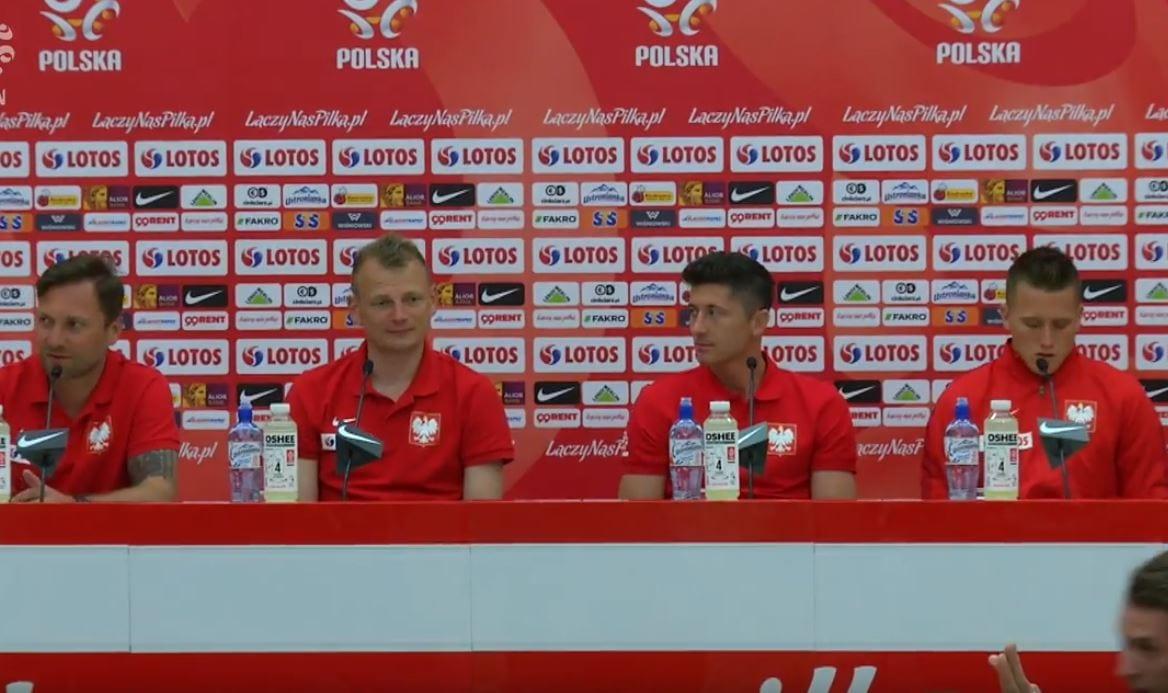 Niemiecki dziennikarz zapytał Lewandowskiego o transfer, ale ten... nie zdążył odpowiedzieć. Mikrofon przejął ktoś inny