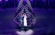 Skandal podczas finału Eurowizji. Na scenę wbiegł mężczyzna i wyrwał brytyjskiej wokalistce mikrofon! [WIDEO]