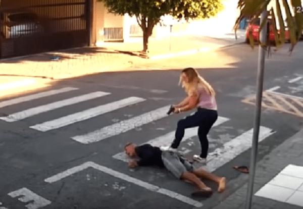 Napastnik zaatakował matki z dziećmi. Uzbrojona kobieta powaliła go na ziemię [WIDEO]