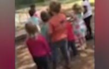 Przedszkolanka kazała dzieciom kamieniować chłopca. To miała być
