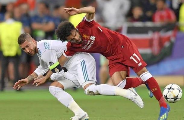 Mohamed Salah sam pociągnął Sergio Ramosa? Nowe ujęcie kontrowersyjnej sytuacji z finału LM [WIDEO]