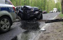 Kierowca przebił się przez policyjną blokadę. Zatrzymał się dopiero na drugiej... uderzając w drzewo