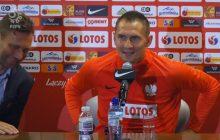 Wpadka dziennikarza TVN24 na konferencji prasowej kadry. Po jego pytaniu do Jędrzejczyka piłkarz zrobił wielkie oczy [WIDEO]