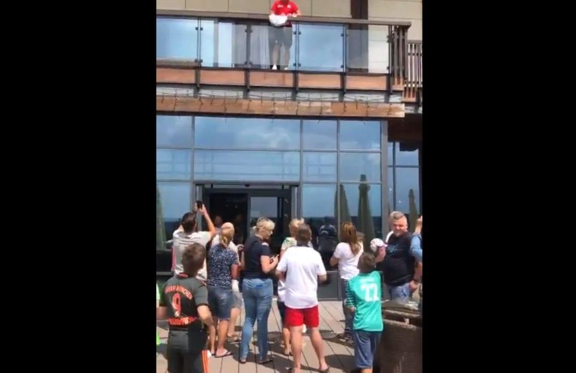 Kibice w Arłamowie są coraz bardziej zdesperowani. Oto, co działo się pod balkonem Grzegorza Krychowiaka.