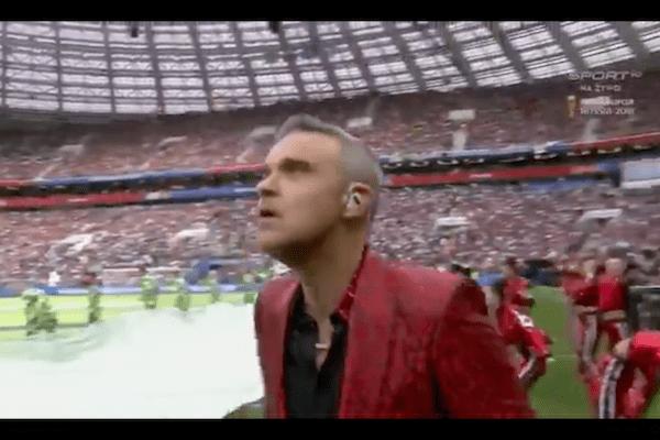 Robbie Williams wywołał skandal na mundialu. Pokazał nie tylko środkowy palec, ale...  zmienił też tekst piosenki! [WIDEO]