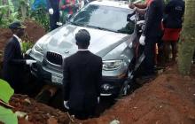 Zamiast trumny nowe BMW. Syn pochował ojca w samochodzie za 330 tys. złotych