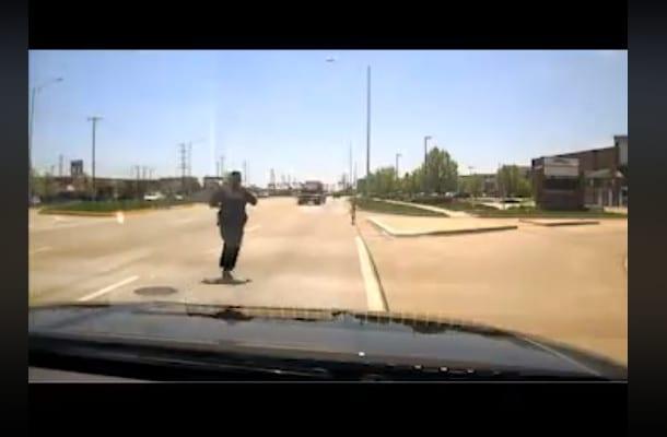 USA: Policjant uratował dziecko na ruchliwej drodze. Opublikowano nagranie [WIDEO]