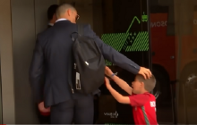Mały chłopiec przedarł się przez ochronę i podbiegł do Cristiano Ronaldo. Poruszająca reakcja piłkarza [WIDEO]
