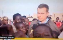 Młodzi kibice Senegalu dopadli dziennikarza TVN. Zapanował nad nimi... mężczyzna kijem [WIDEO]