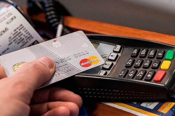 Polacy podczas zakupów nadal preferują gotówkę. I to szybko się nie zmieni