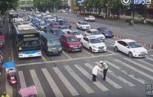 Chiny: Policjant przeniósł staruszka przez przejście dla pieszych. Nagranie podbija sieć na całym świecie [WIDEO]