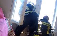 Chciał skoczyć z 4. piętra. Strażacy złapali go w locie na 3. piętrze [WIDEO]