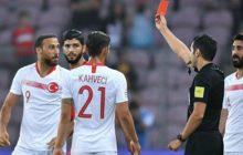 Podczas meczu Tunezja-Turcja, Cenk Tosun wykonał gest podrzynania gardła pod adresem kibica. Dostał czerwoną kartkę [WIDEO]