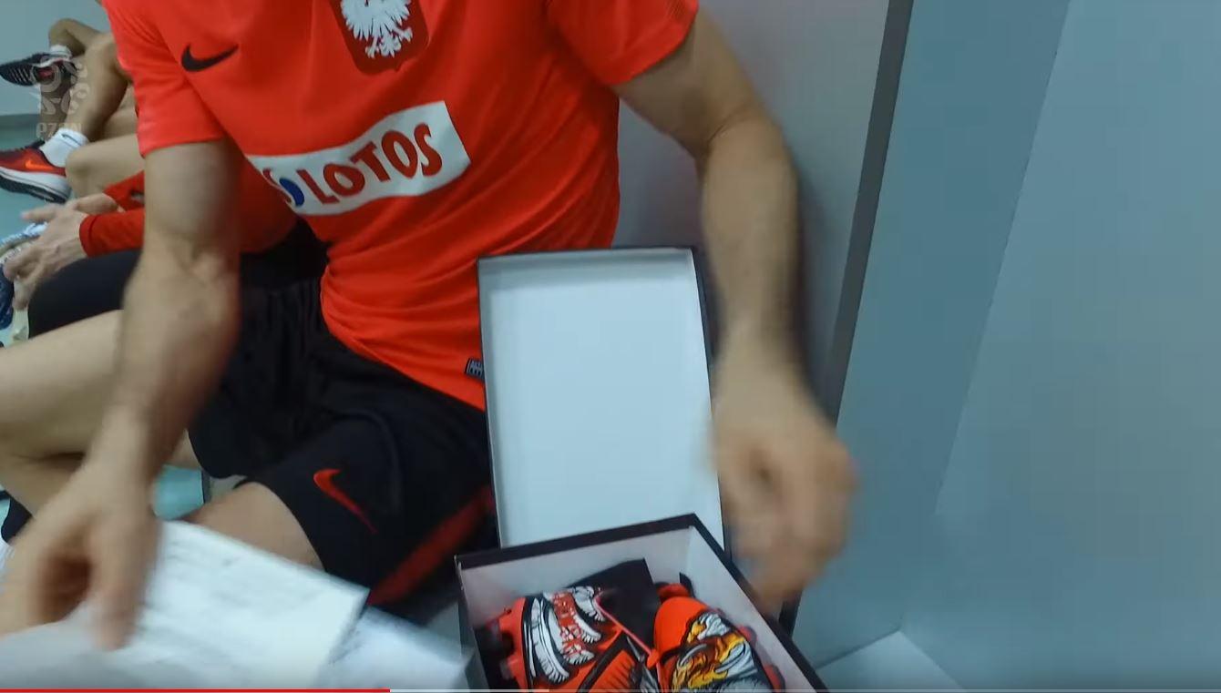 b77aae05d Robert Lewandowski dostał wspaniały prezent od kibica [WIDEO]